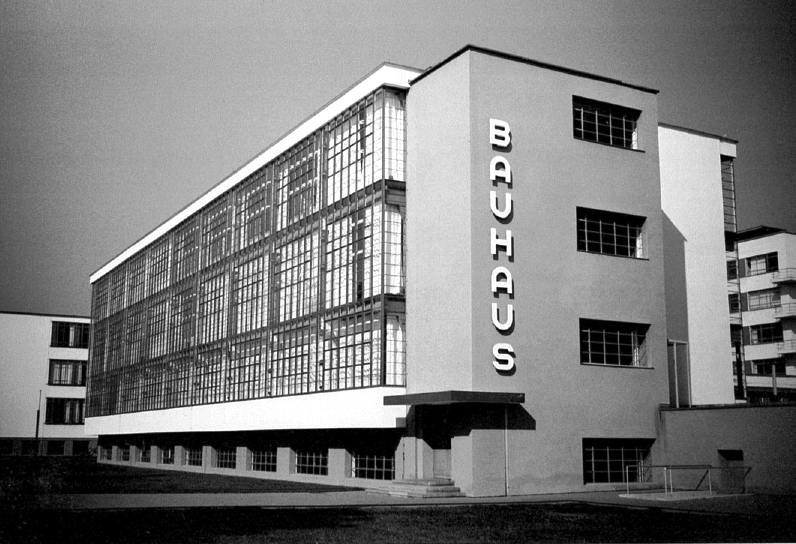the bauhaus A staatliches-bauhaus foi uma escola de design, artes plásticas e arquitetura de vanguarda na alemanhaa bauhaus foi uma das maiores e mais importantes expressões do que é chamado modernismo no design e na arquitetura, sendo a primeira escola de design do mundo.